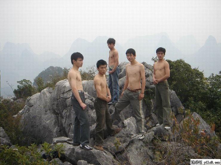 大学生裸体扮狼牙山五壮士